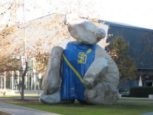 Перед зданием компьютерного факультета сидит каменный медведь