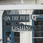 На пирсе можно ловить рыбу
