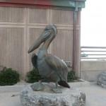 Бронзовый пеликан на набережной