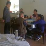 Местные в кафе играют в Маджонг