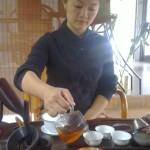 За какие-то 25 евро китайская девушка заварит и разольет для вас пару чашечек чая