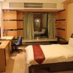 Номер за 35 евро в сутки. 32й этаж. Клевый район. В номере есть плита и стиральная машина.