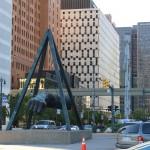 Монумент суровому мужскому кулаку приветствует посетителей города