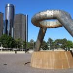 На заднем плане - офис General Motors. На переднем - современное искусство.