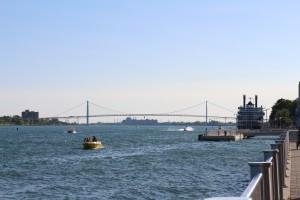 Река Детройт и мост в Канаду