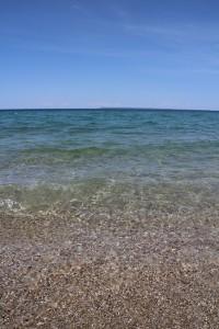 Вода в озере холодная, очень прозрачная, и абсолютно пресная