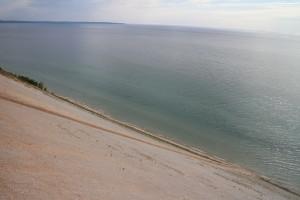 Если увеличить кадр, можно увидеть как внизу на дюну от воды взбираются три дюнолаза