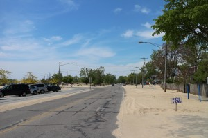 """Надпись """"Free Sand"""" стоит около многих домов вдоль набережной. Бери - не хочу."""