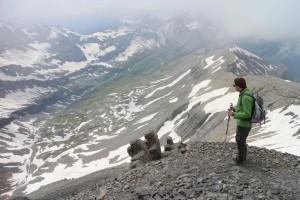 Марк смотрит на окаменевших альпинистов