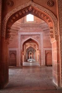 """Вид вдоль основной """"стены"""" мечети"""