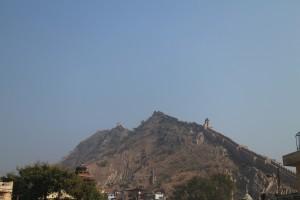 Холмы покрыты защитными стенами