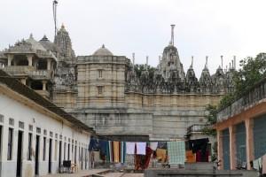 Вид сбоку. Рядом с храмом есть номера для желающих остаться на несколько дней паломников