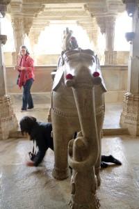Кто проползет под слоном - тому мать Адинатха (сидящая на слоне) даст счастье