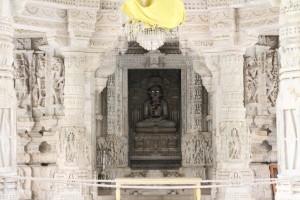 Тиртханкара Адинатха. Первый джайнистский просвященный. Ему посвящен весь храм.