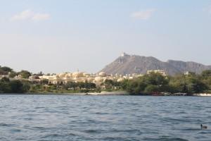 Ещё какой-то дворец на другом берегу