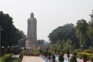 Статуя Будды, колесо, лотосы