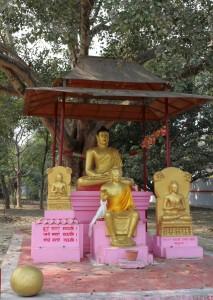 Будда получает просветление под деревом
